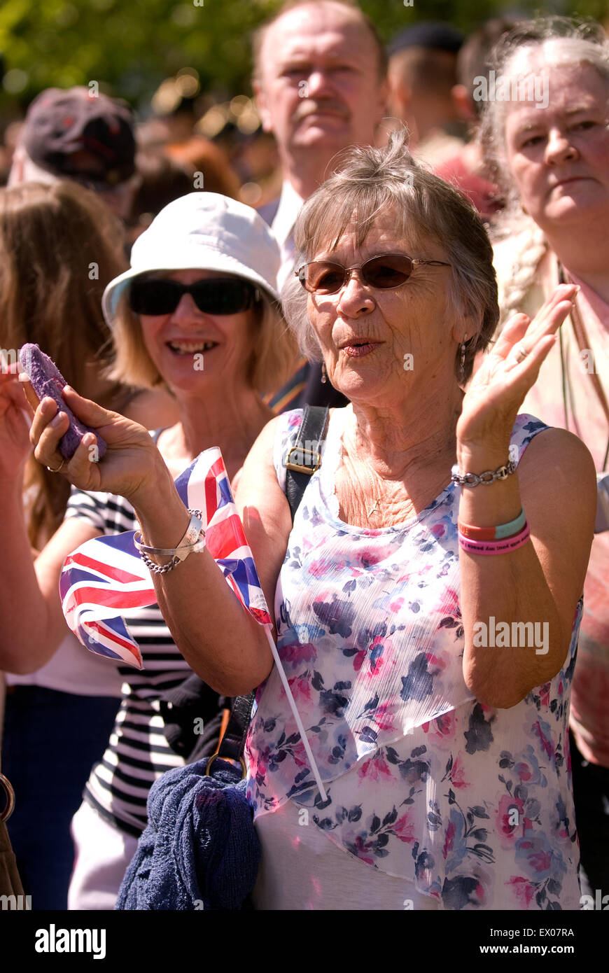 Muestra de patriotismo de la multitud en la despedida a la guarnición Festival, Bordon, Hampshire, Reino Unido. Imagen De Stock