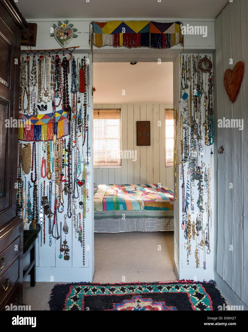 Collares colgados de las patas alrededor de umbral en dormitorio Imagen De Stock