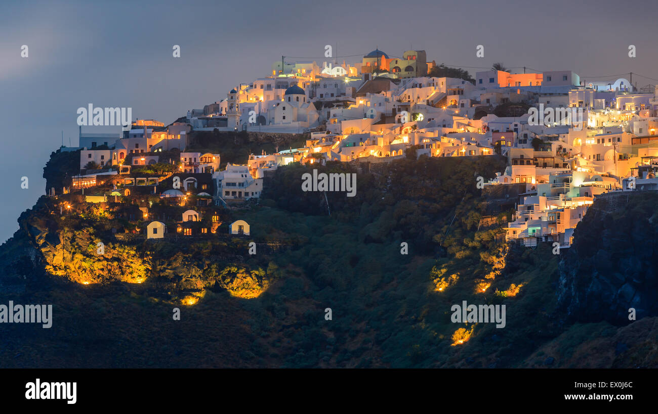 Imerovigli es una pequeña ciudad entre Fira y Oia, en Santorini, una de las islas Cícladas en el Mar Egeo, Imagen De Stock