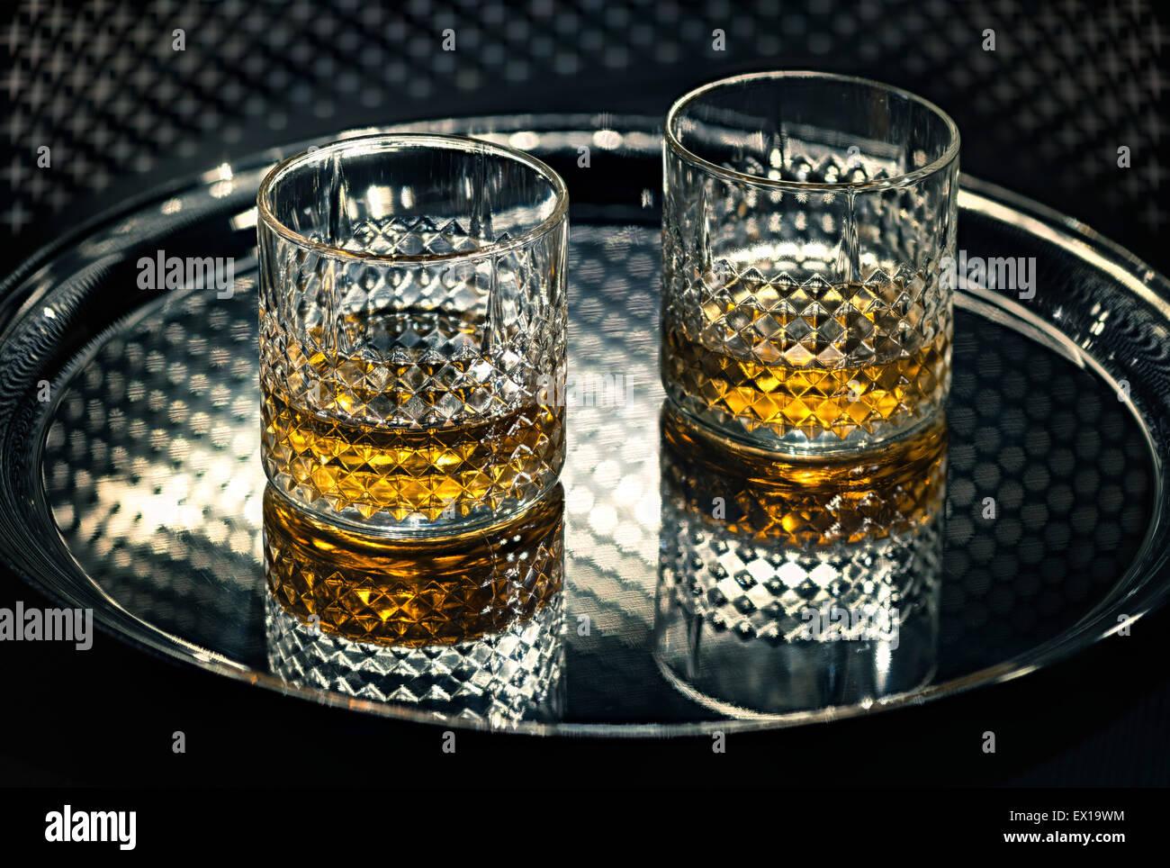 Whiskey vasos en la bandeja. Imagen De Stock