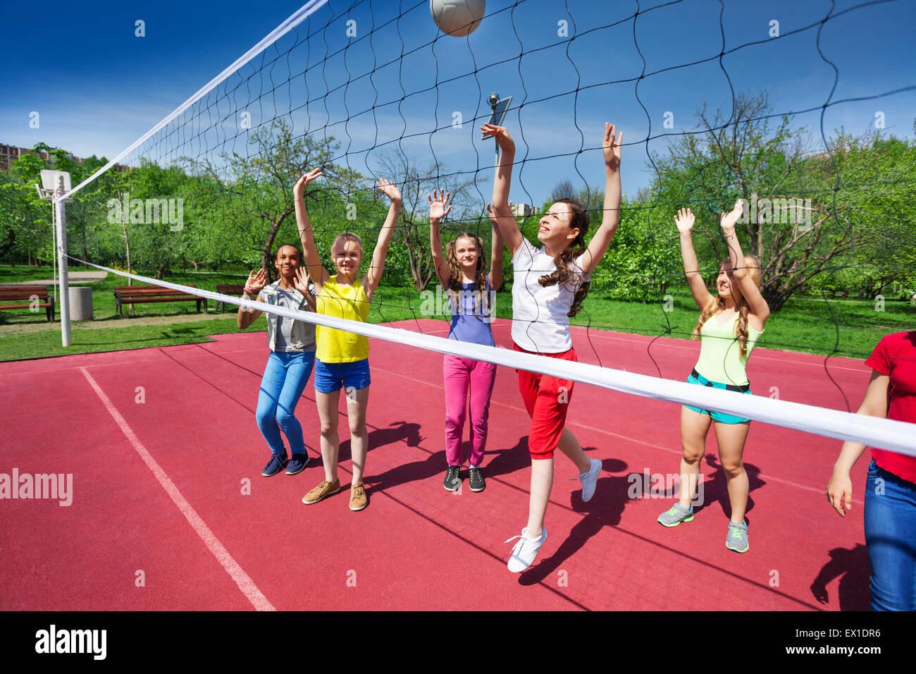 Juego de voleibol ver con adolescentes que juegan Imagen De Stock