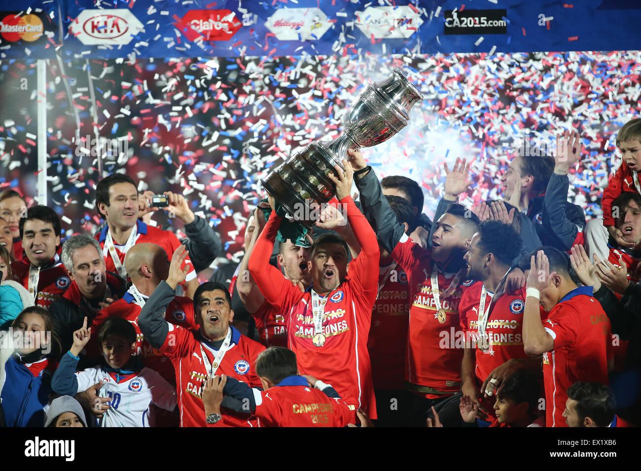 Santiago, Chile. 4 de julio de 2015. Los jugadores de Chile celebran tras el partido de la final de la Copa América Imagen De Stock
