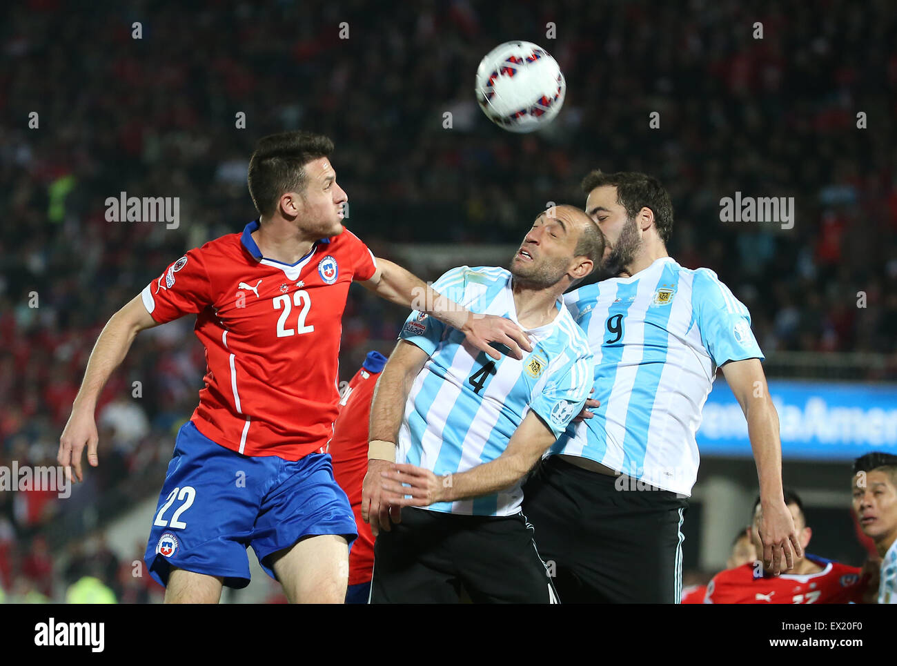 Santiago, Chile. 4 de julio de 2015. Chile Angelo Henriquez (L) vies con el argentino Pablo Zabaleta (C) y Gonzalo Imagen De Stock