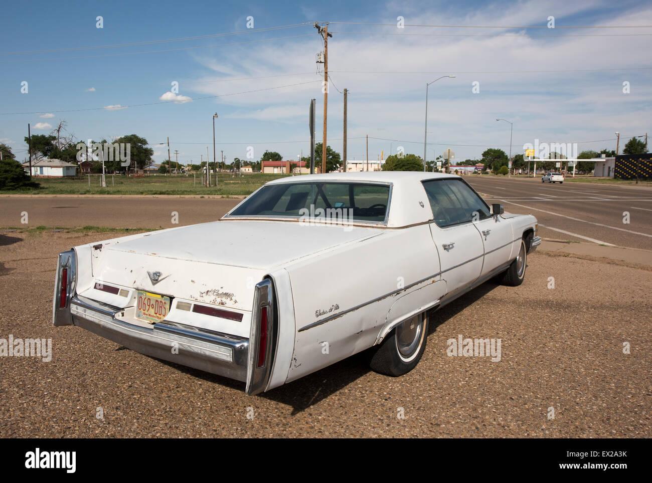 Viejo sedán de Ville Cadillac sobre la Ruta 66 en Tucumcari, New Mexico Imagen De Stock