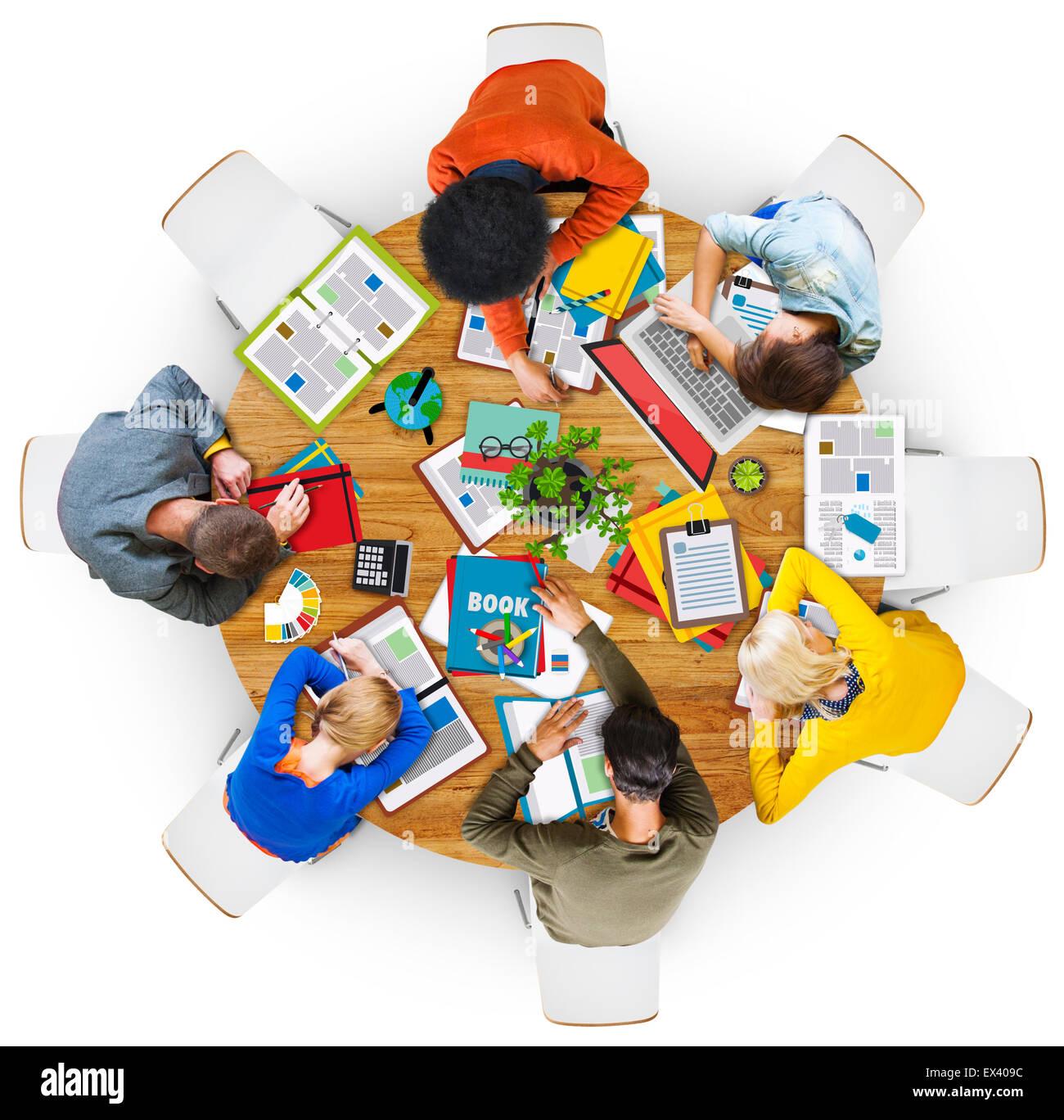 Vista aérea de personas durmiendo en la mesa Imagen De Stock