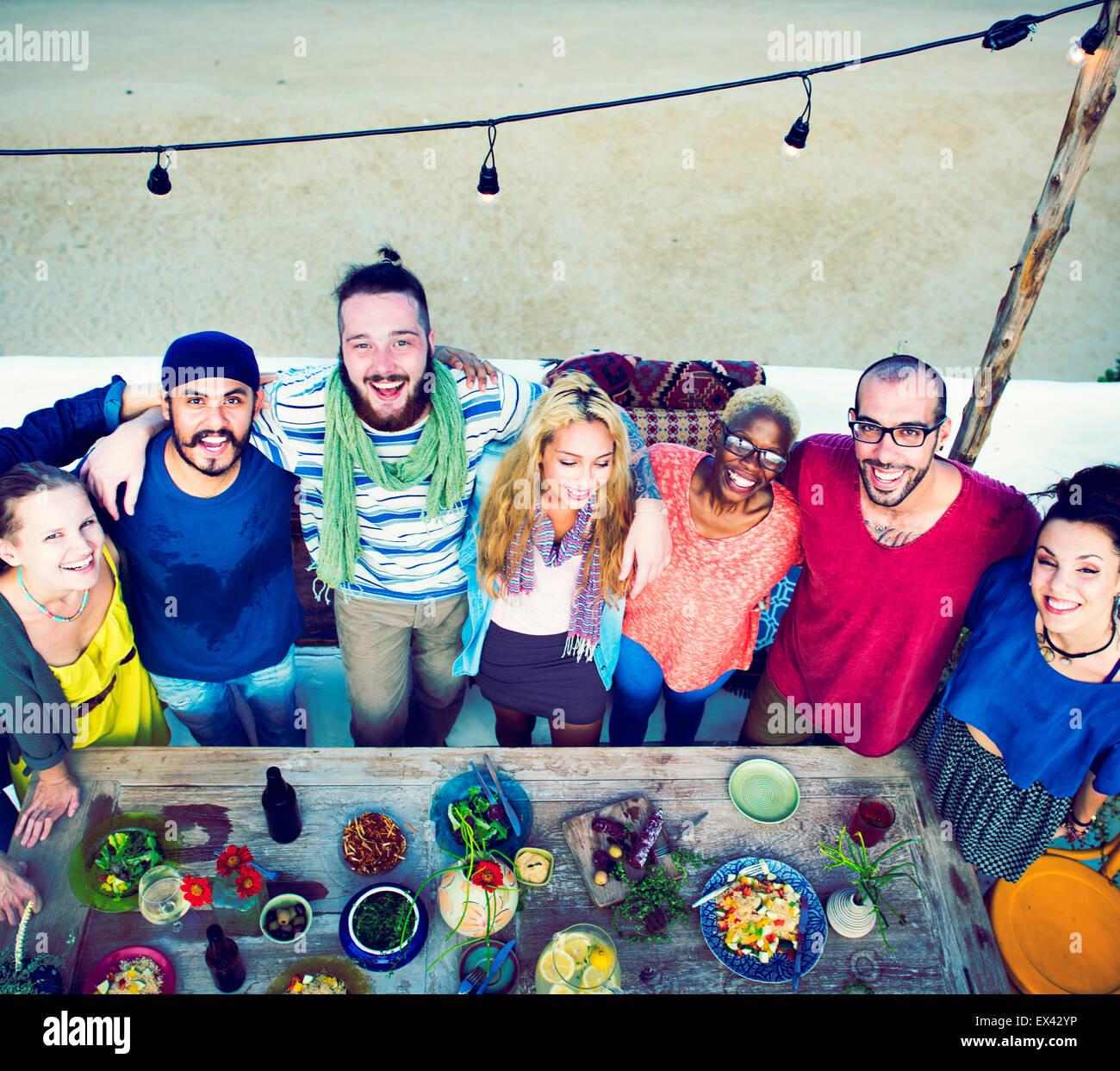 Playa de verano diversos amigos celebrar juntos concepto Imagen De Stock