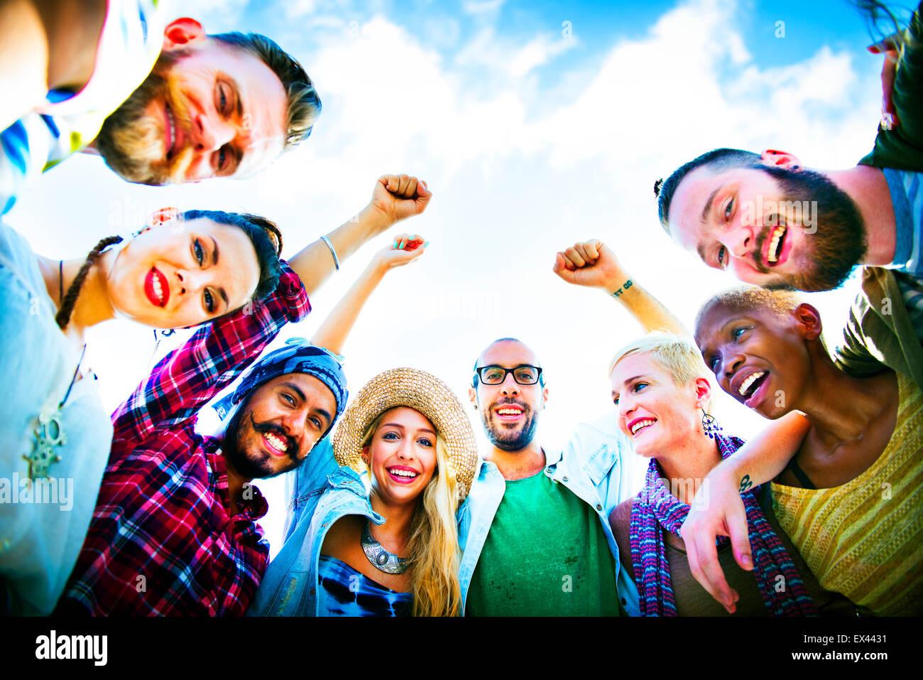 Los amigos se apiñan unir el concepto de grupo de fiesta Foto de stock