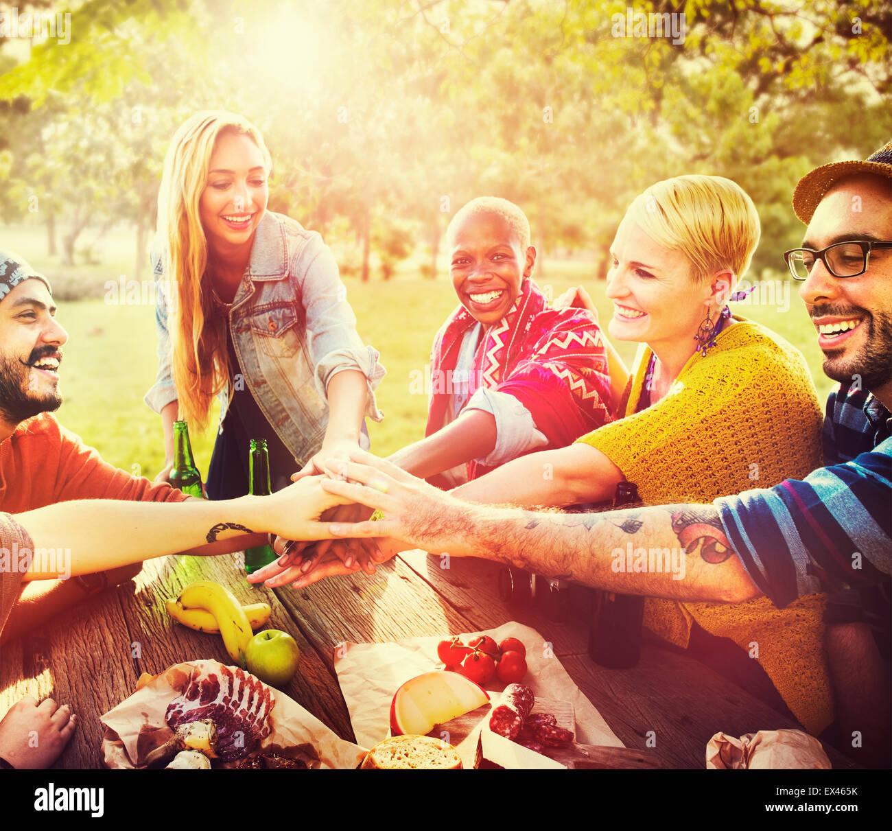 Amigos Outdoors Camping Concepto Unidad trabajo en equipo Imagen De Stock