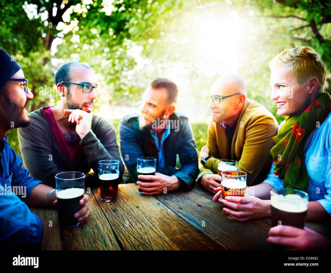 Las personas beben cerveza parte amistad concepto Imagen De Stock