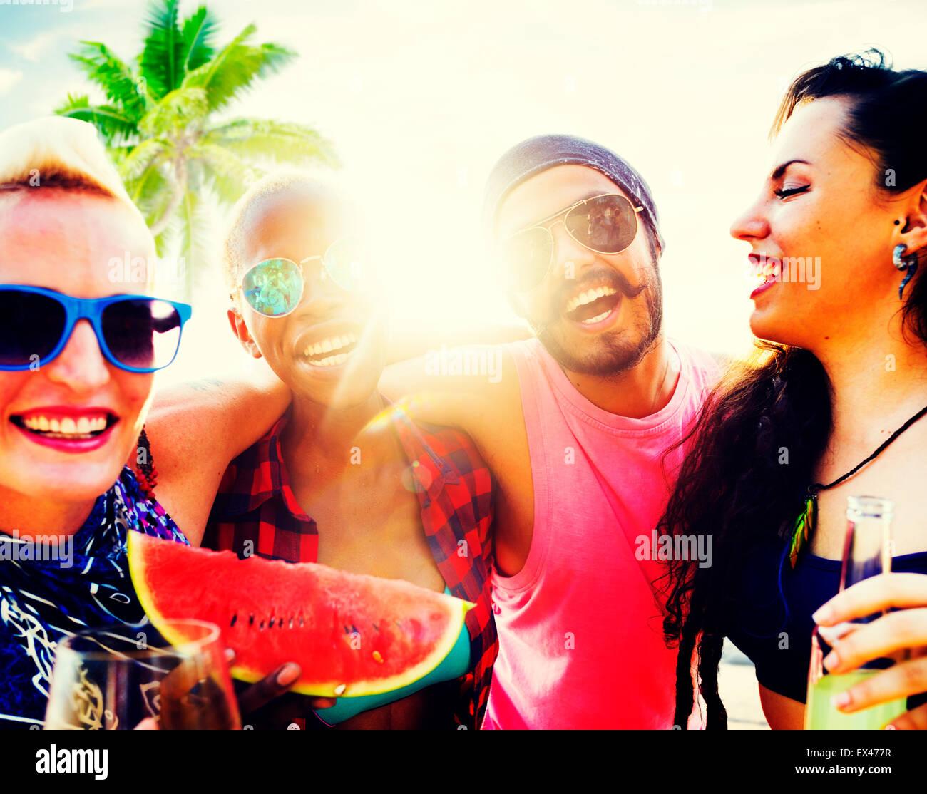 Amigos Vacaciones de playa relajantes concepto escalofriante Imagen De Stock