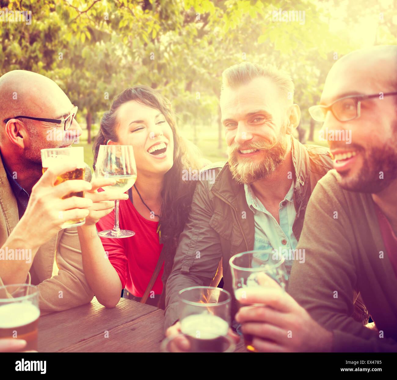Diversa gente amigos colgando fuera bebiendo concepto Imagen De Stock