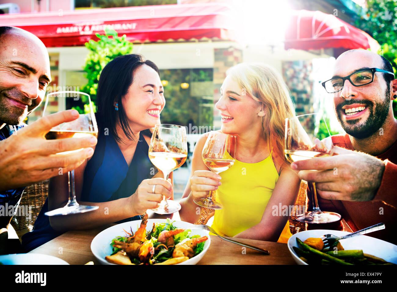 Amistad amigo celebración colgando por concepto de comedor Imagen De Stock