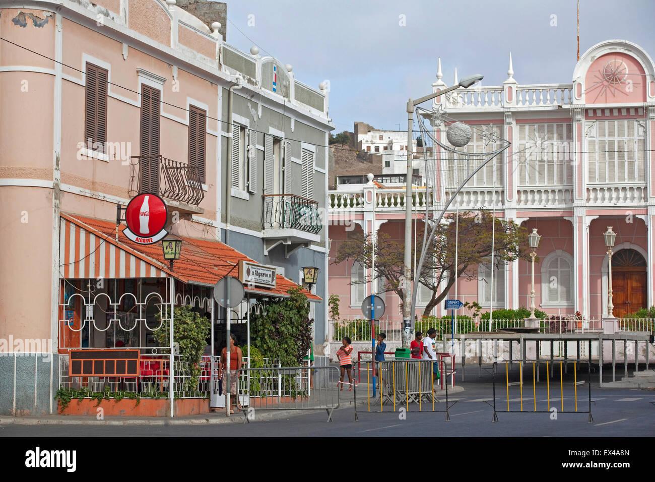 Edificios coloniales y el Palácio do Governador / Palacio del Gobernador de la ciudad de Mindelo, en la isla Imagen De Stock