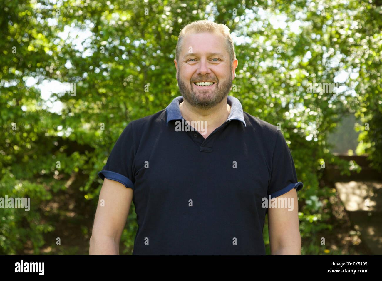 Retrato de hombre de mediana edad afuera sonriendo Foto de stock