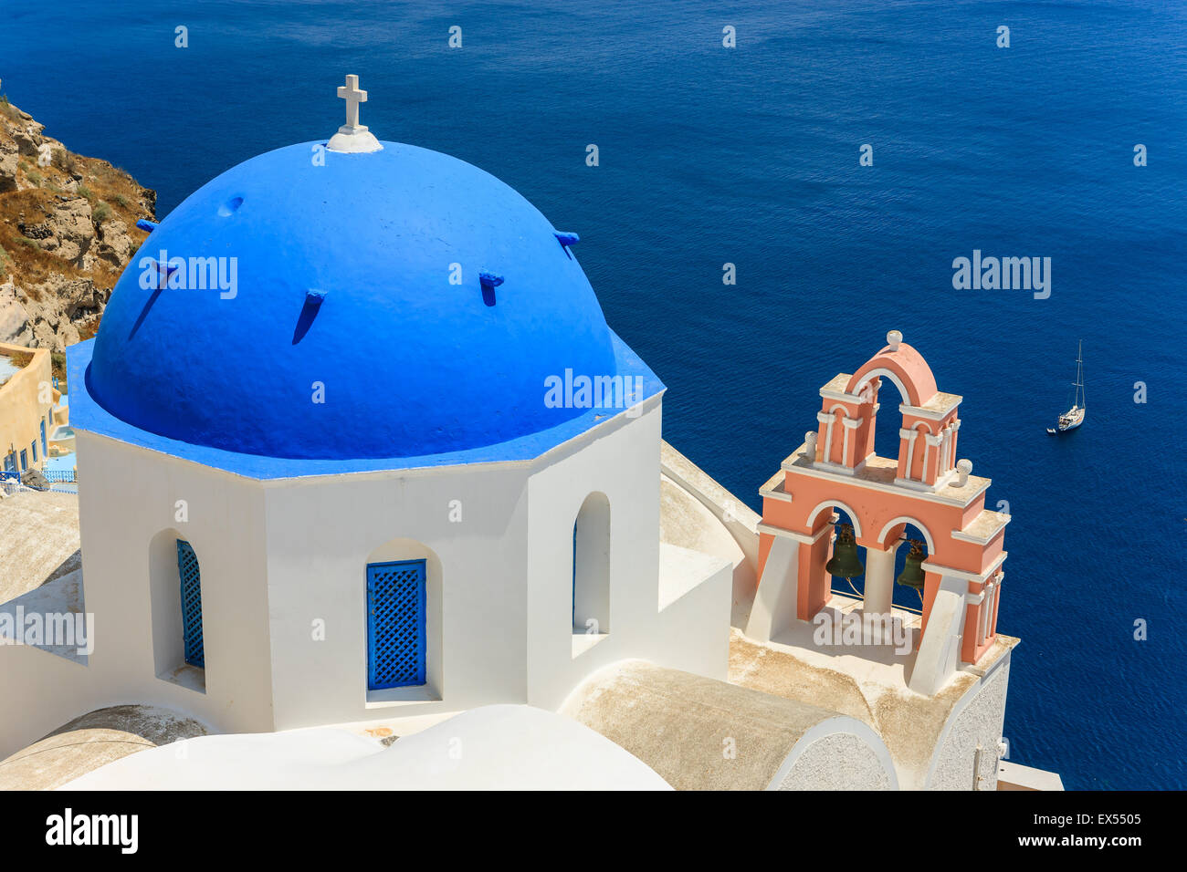 El estilo de la arquitectura tradicional de las Cícladas griegas en Oia, una pequeña ciudad en el extremo Imagen De Stock