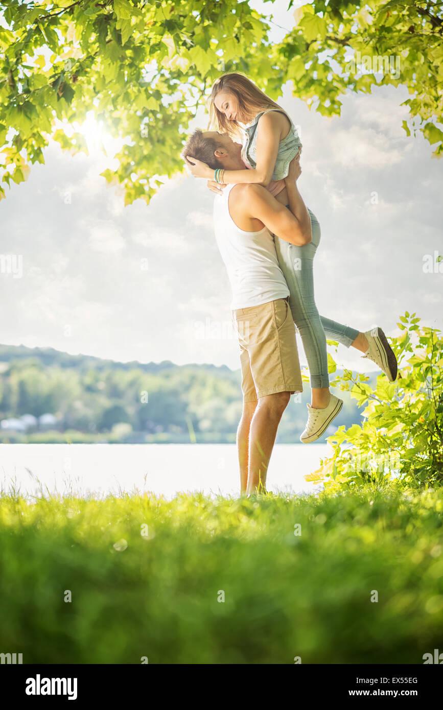 Pareja de amor sobre el lago, un abrazo Imagen De Stock