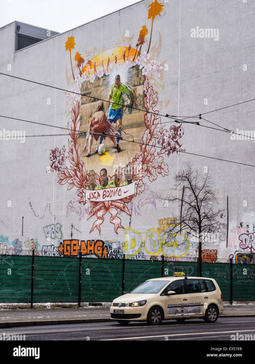 Berlín. El arte en la calle pública Joga Bonita mural, el fútbol, el deporte rey Imagen De Stock