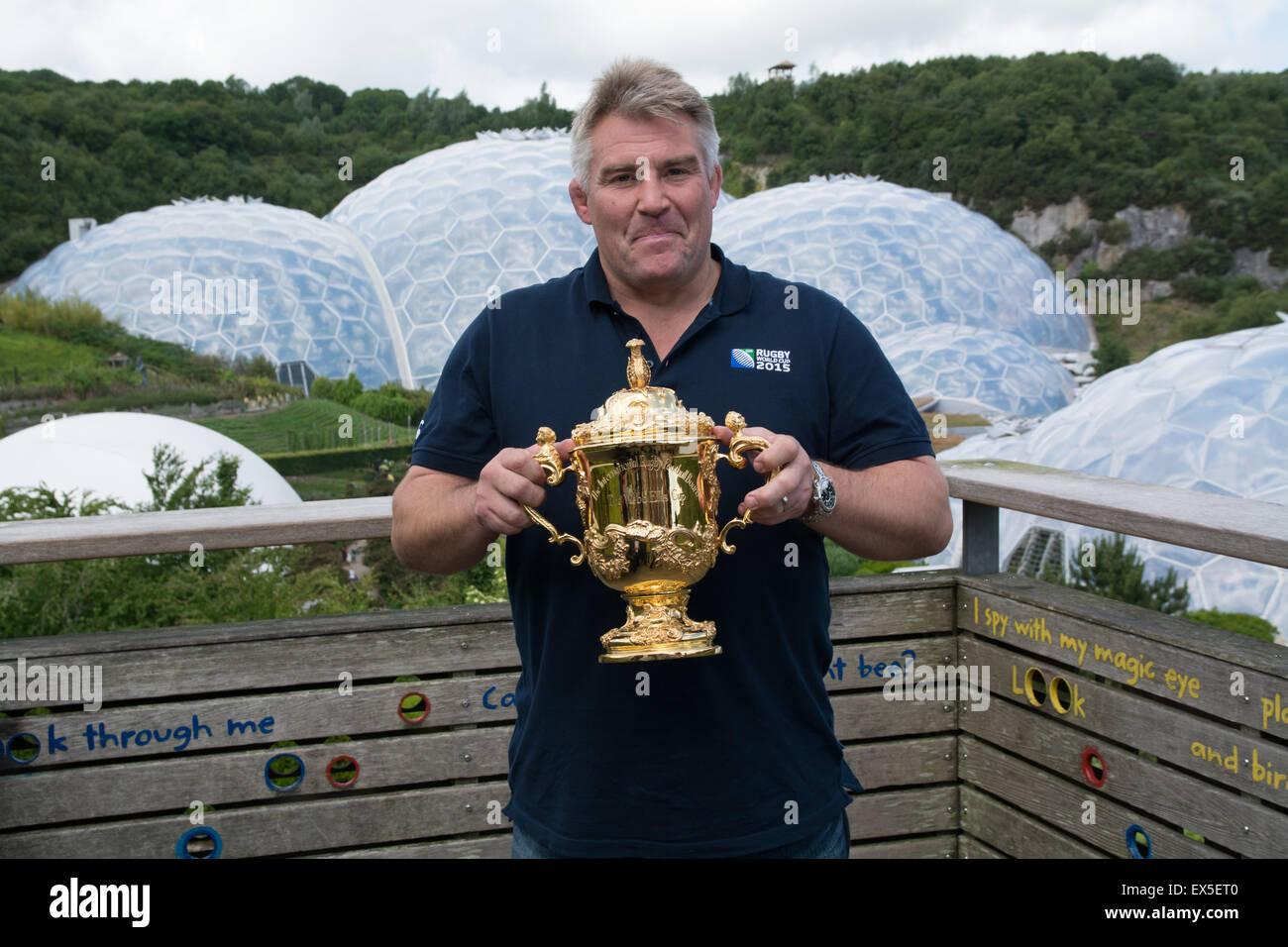 Imagen de Jason Leonard , en el Eden Project con la Web Ellis trofeo para el lanzamiento de la Rugby World Cup 2015 Imagen De Stock