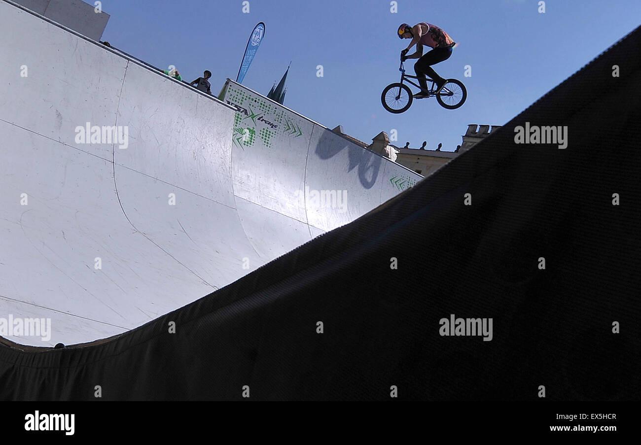 Telc, República Checa. 4 de julio de 2015. Campeonato de la República Checa en el Freestyle BMX, miniramp, Imagen De Stock