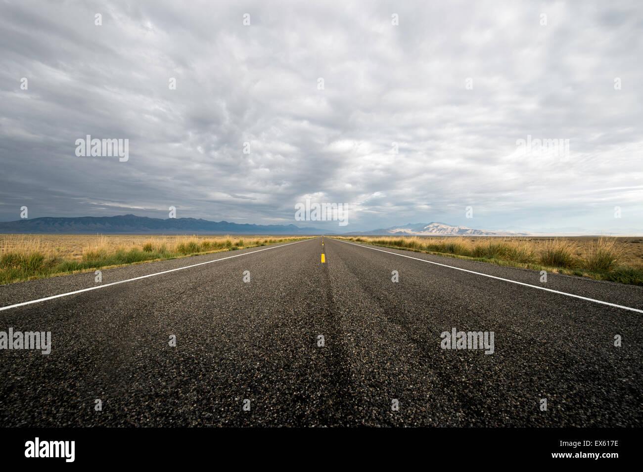 Vacío abrir camino con cielo nublado fotografiado desde un ángulo bajo con un gran angular Foto de stock