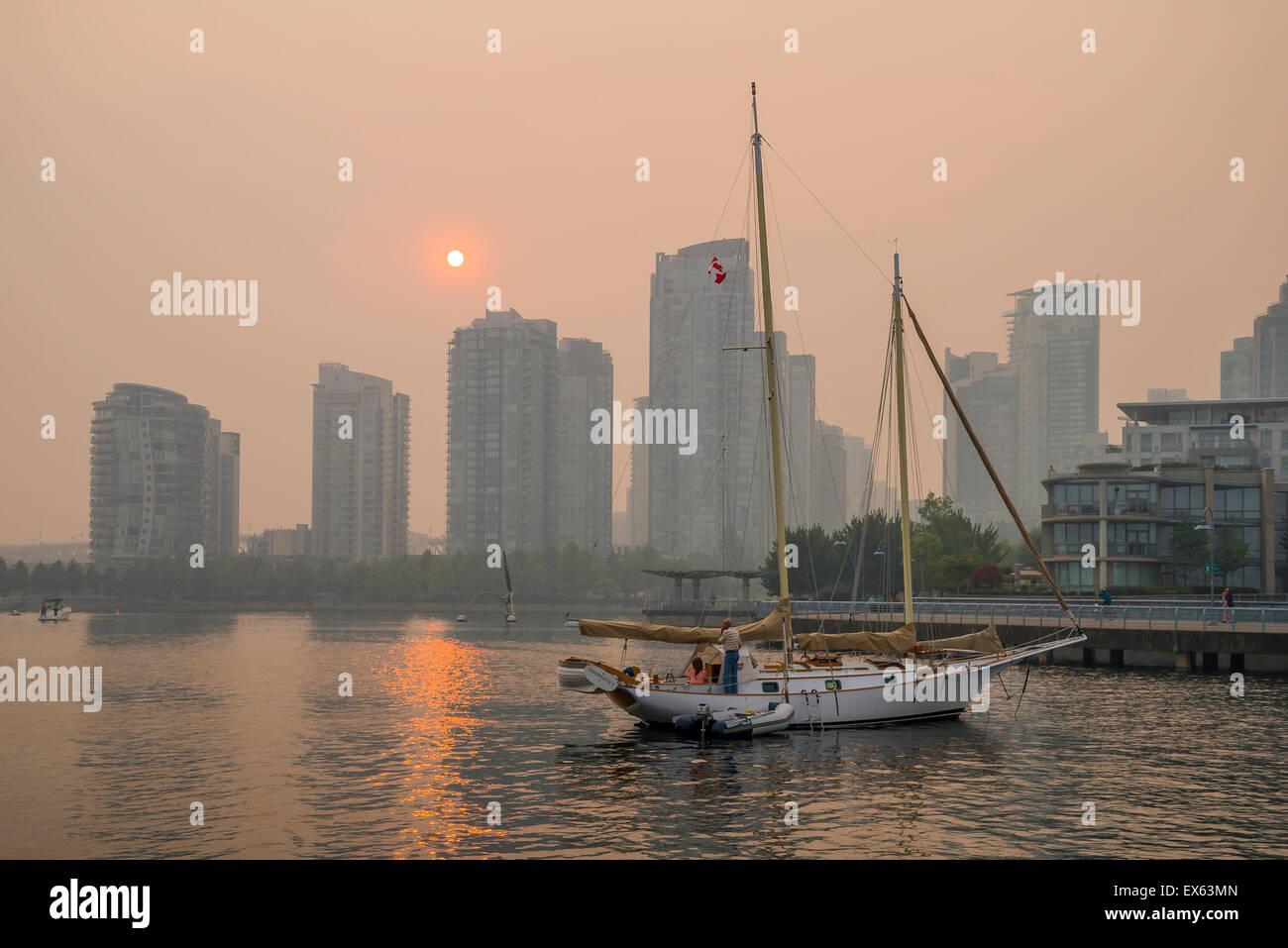 Registro de alta contaminación. Smoky sunset debido a incendios forestales, False Creek, Vancouver, British Imagen De Stock