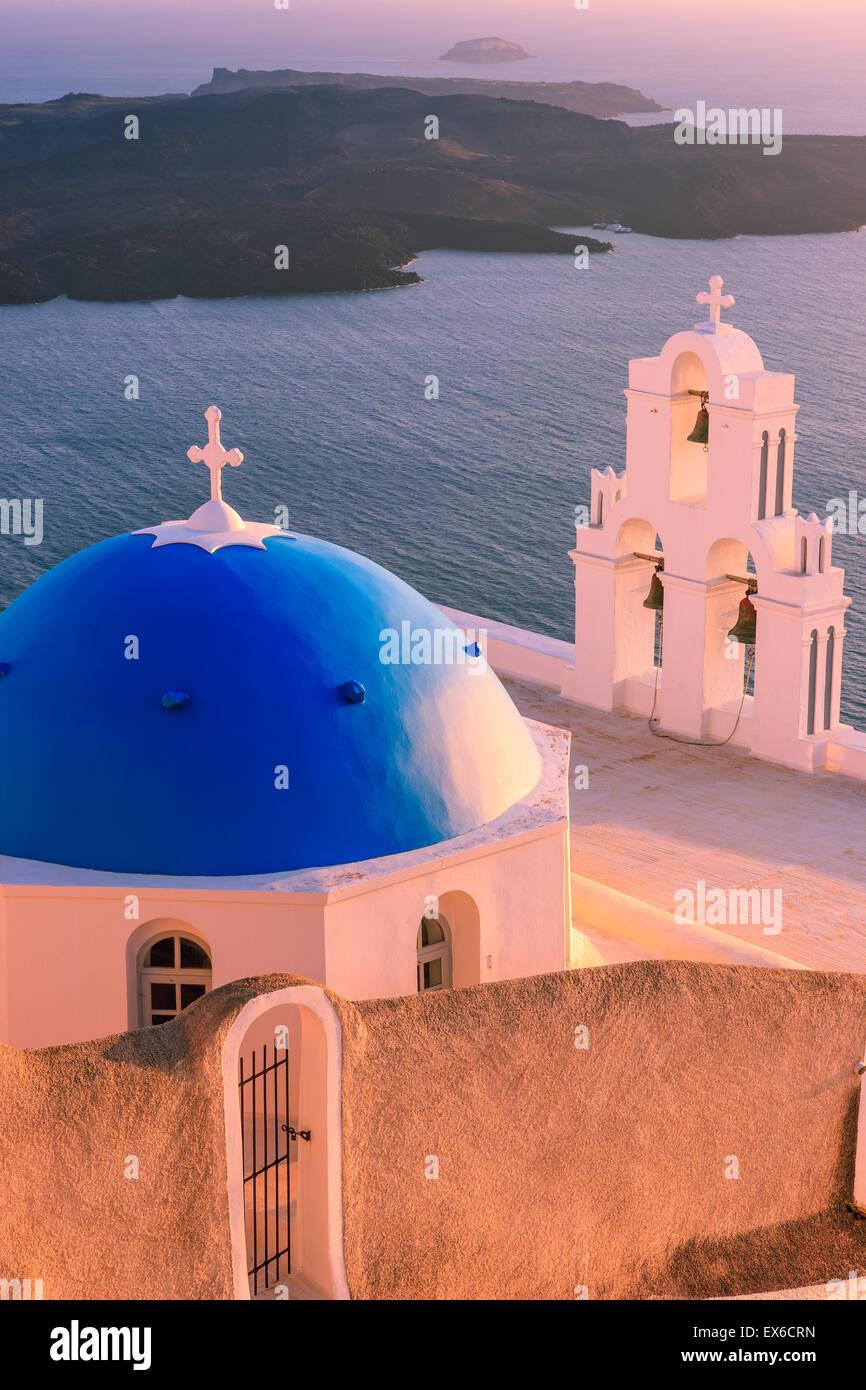 Aghioi Theodoroi iglesia en Firostefani en Santorini, una de las islas Cícladas en el Mar Egeo, en Grecia. Foto de stock