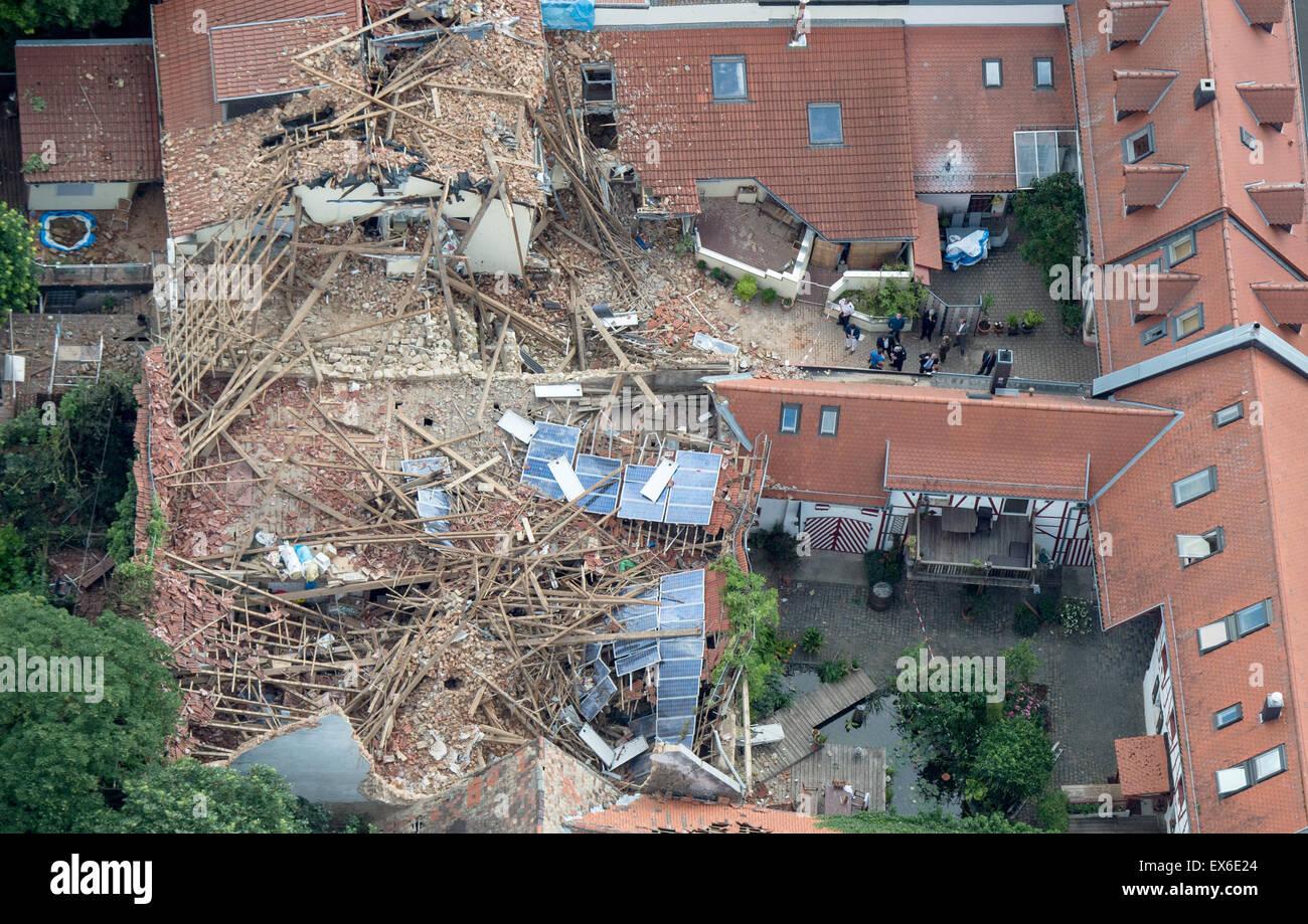 Framersheim, Alemania. 8 de julio de 2015. Una vista aérea muestra los daños infligidos en un edificio en Framersheim, Alemania, 8 de julio de 2015. Un fuerte frente de tormenta ha causado graves daños en la zona local, provocando daños en millones de euros. Foto: Boris Roessler/dpa/Alamy Live News Foto de stock