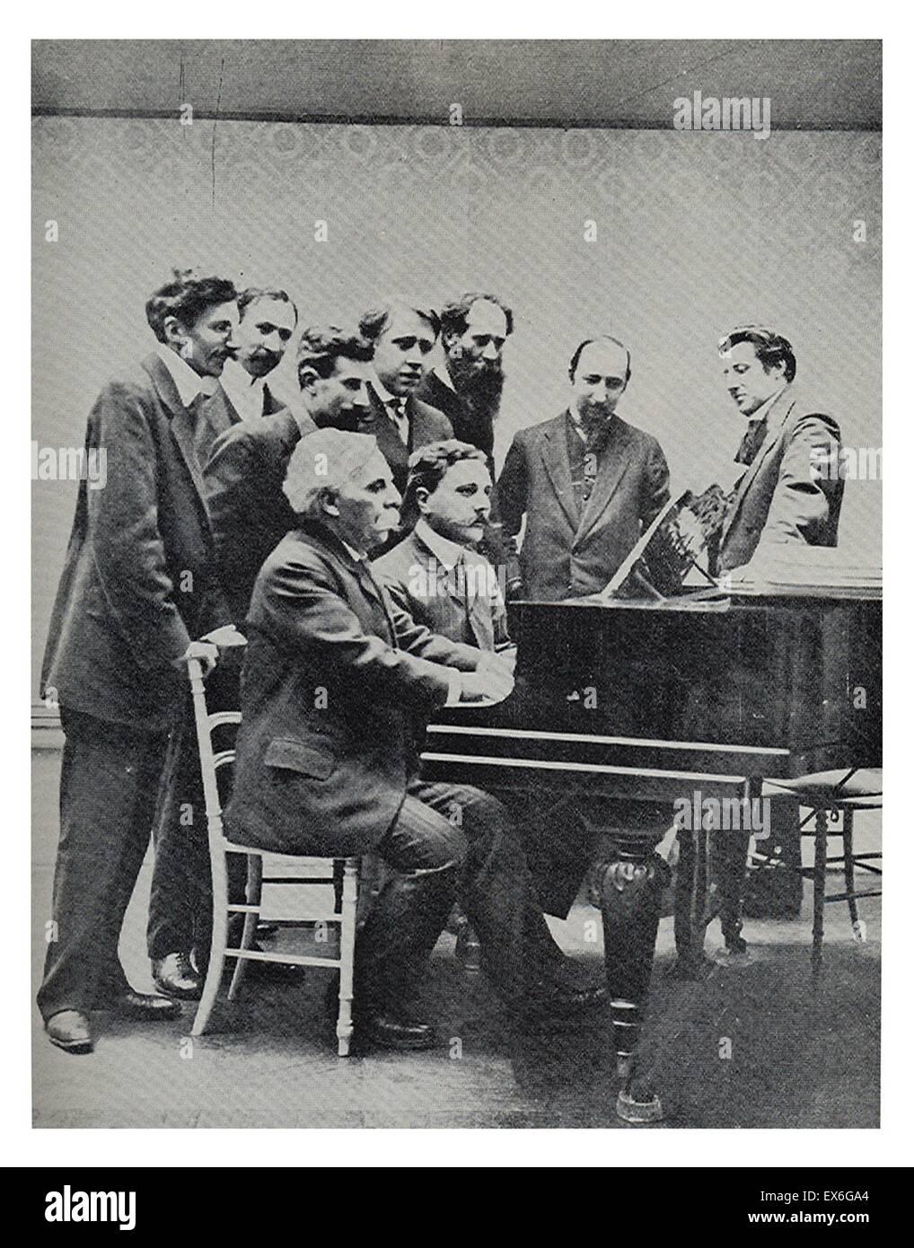 Comité Fundador de la Société musicale indépendente 1909. Gabriel Faure (1845-1924) y Jean Roger-Ducasse (1873-1954), compositores franceses, en el piano, acompañado, detrás de ellos, por Louis Aubert, Maurice Ravel, A.Z. Mathot, Andre Caplet, Charles Koechl Foto de stock