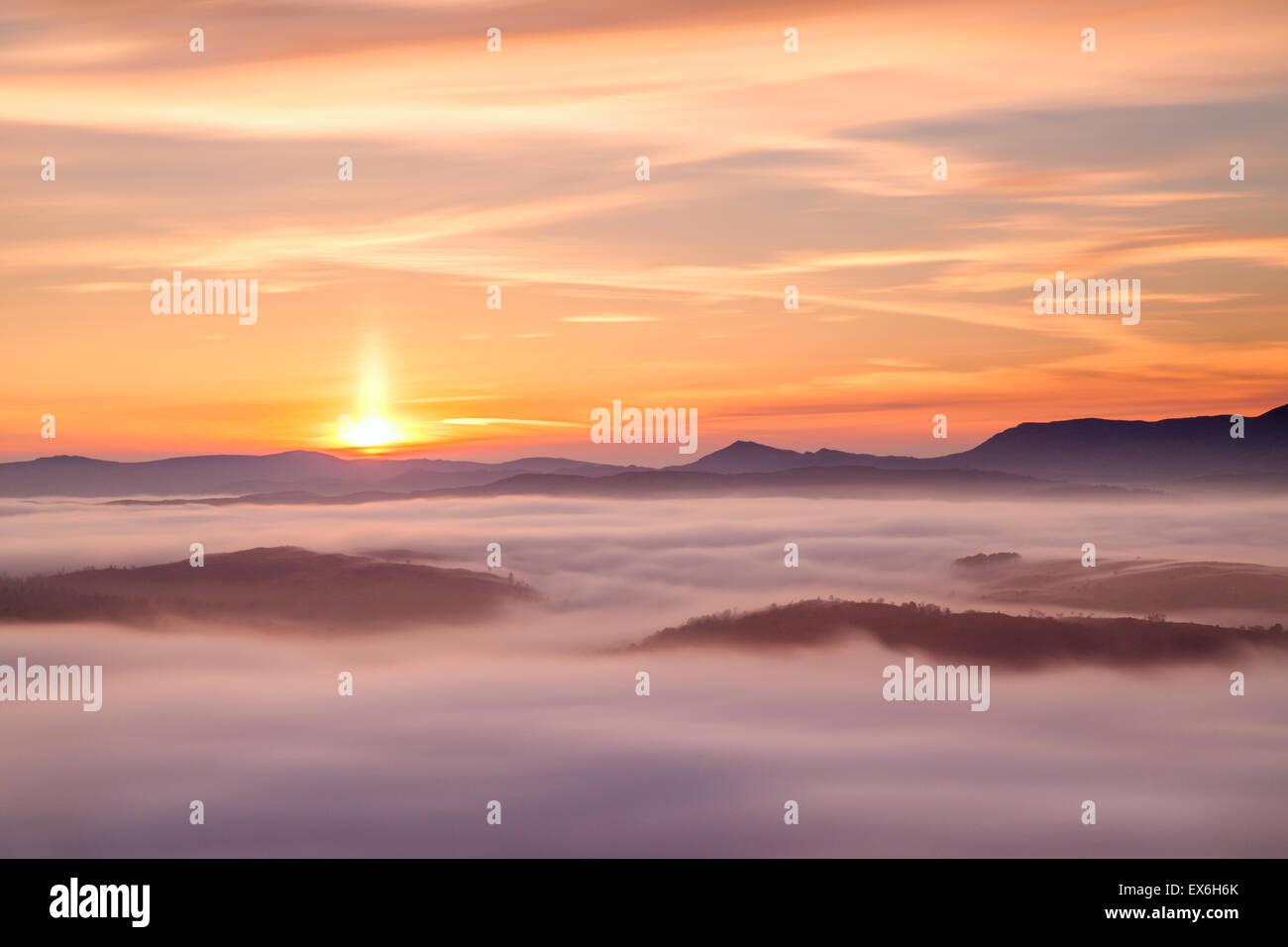 Puesta de sol en la nube inversión Gummer Cómo, Lake District, RU Imagen De Stock