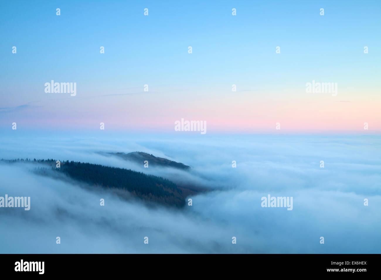 La inversión de la nube al atardecer sobre cómo Gummers Lake District UK Imagen De Stock