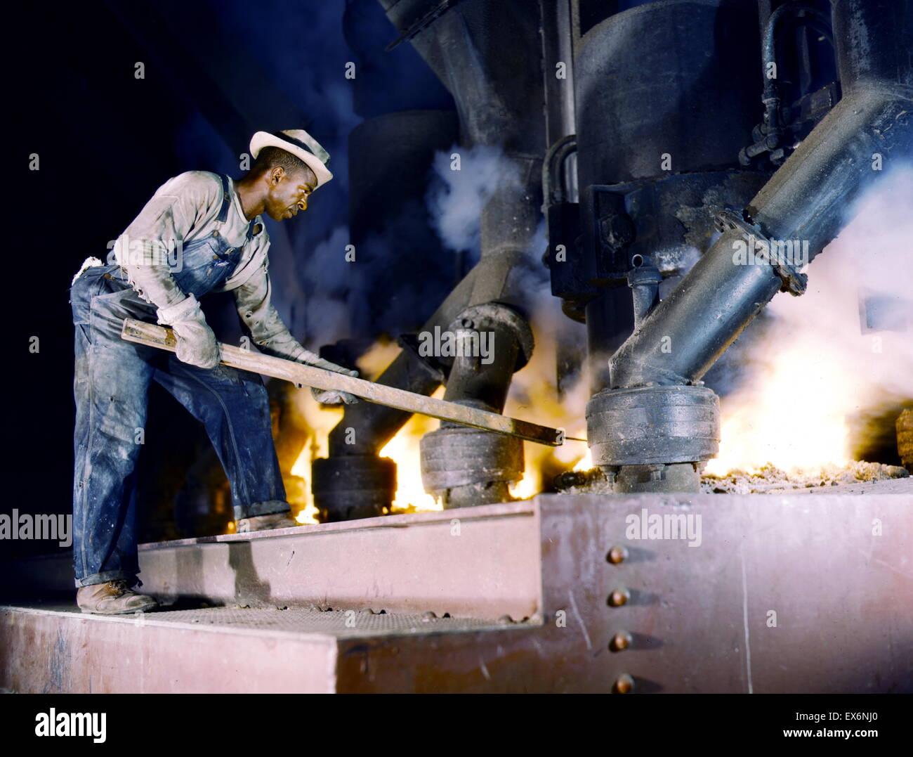 Un gran horno de fundición de fosfato eléctrico utilizado para hacer fósforo elemental en una planta Imagen De Stock