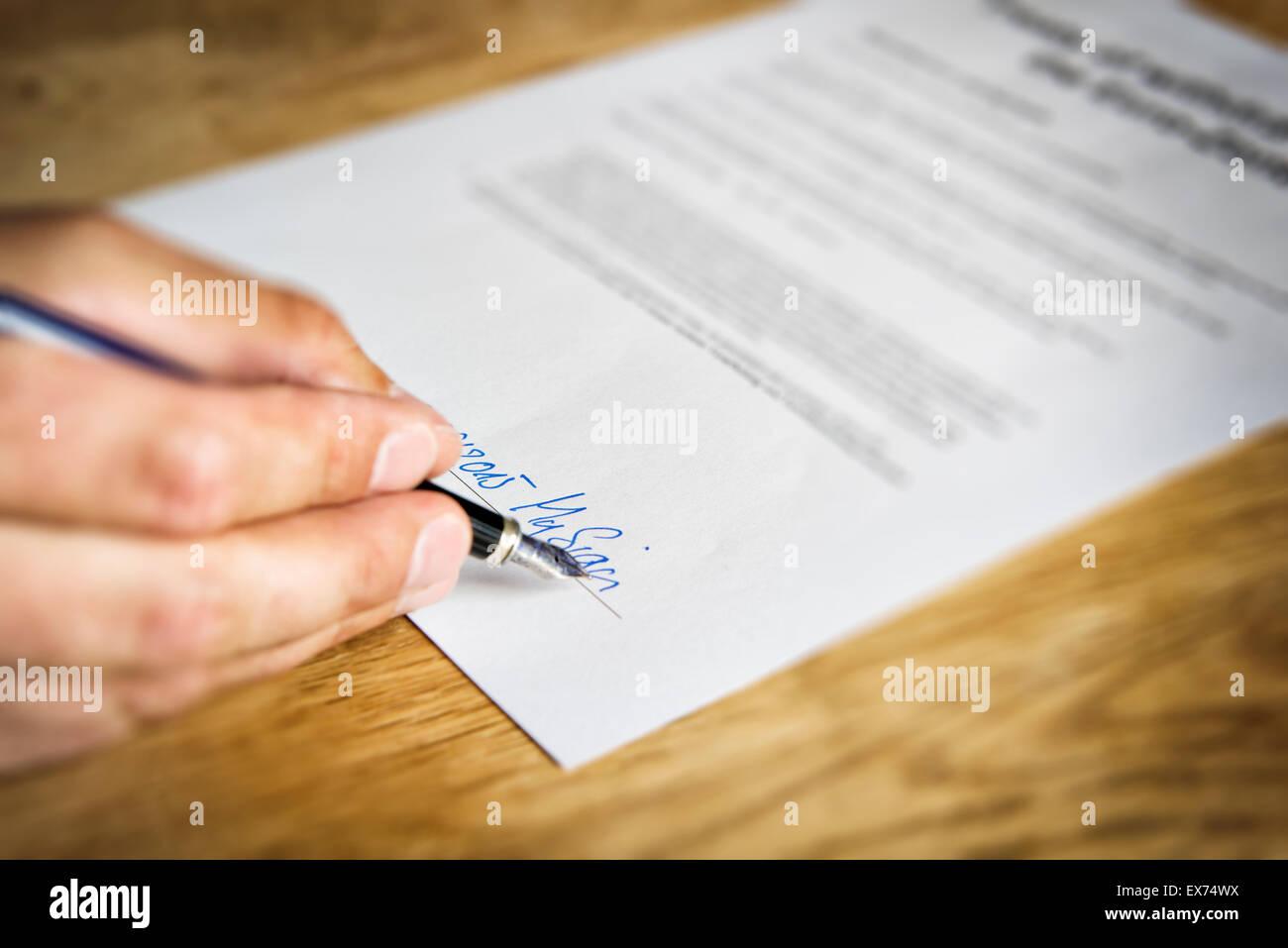 Imagen de una mano que firma un contrato de negocios Imagen De Stock