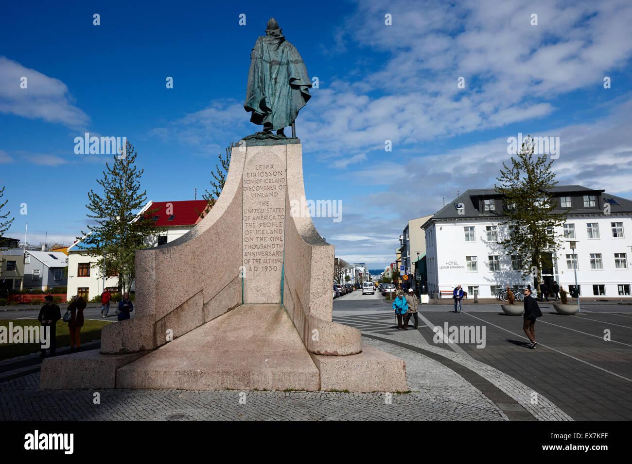 Estatua de explorer lief eriksson mirando hacia abajo skolavordustigur Reykjavik Islandia Imagen De Stock