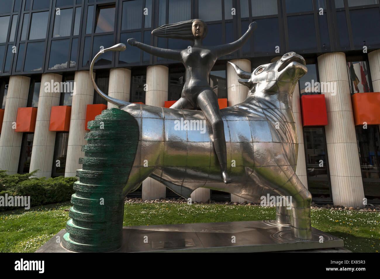 """La escultura """"El rapto de Europa"""", un regalo de Creta al Parlamento Europeo en 2005, delante de un edificio en la Foto de stock"""