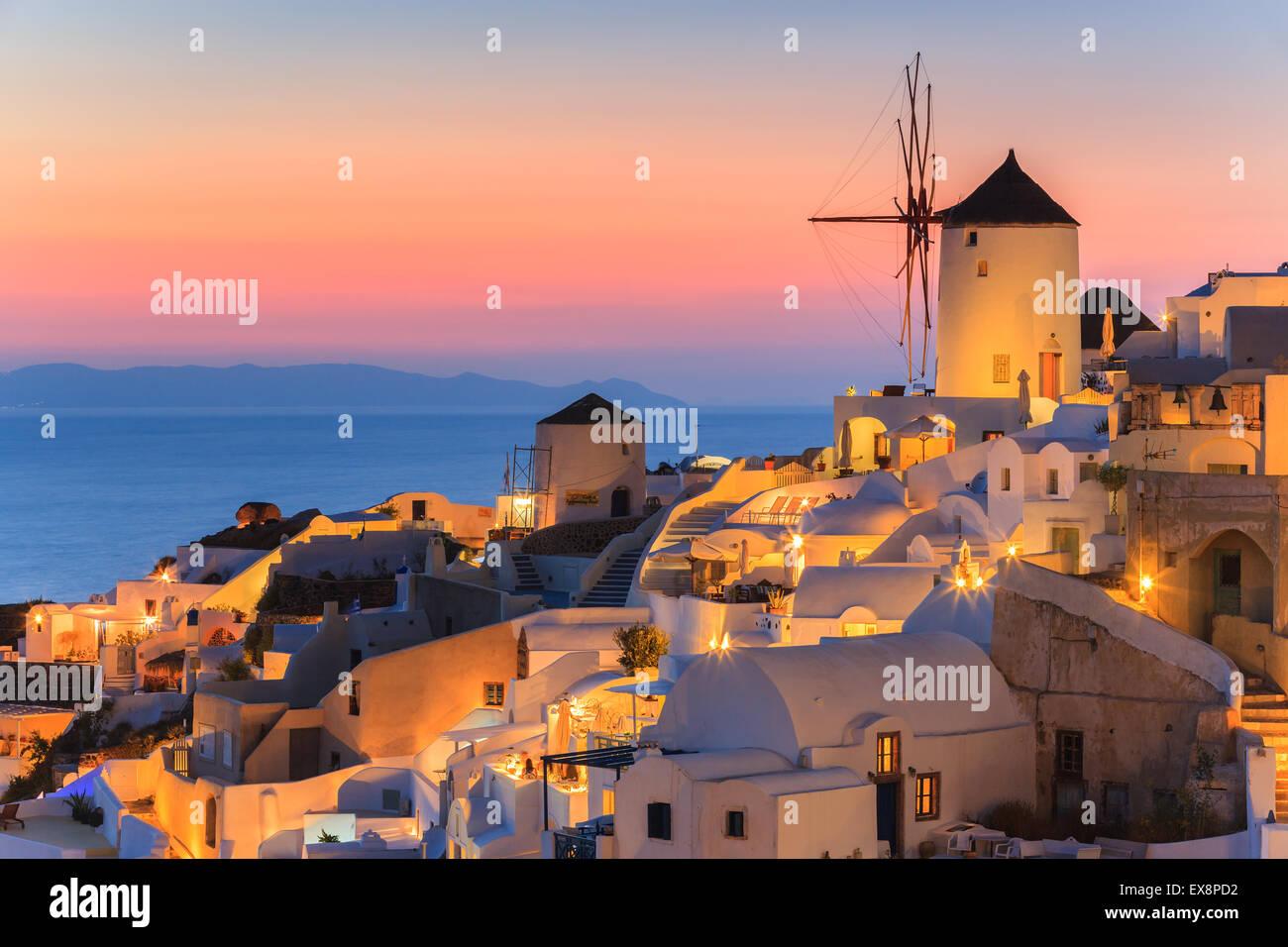 La localidad de Oia durante la puesta de sol de Santorini, una de las islas Cícladas en el Mar Egeo, en Grecia. Imagen De Stock