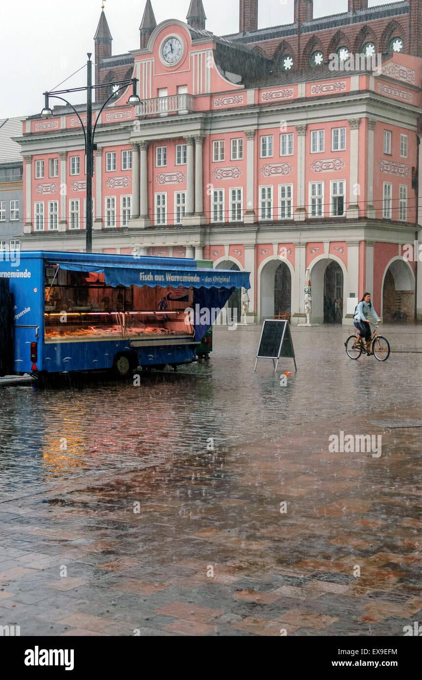 Heavy Rain. Neuer Market Square. Rostock. Mecklemburgo. Pomerania Occidental. Alemania Imagen De Stock
