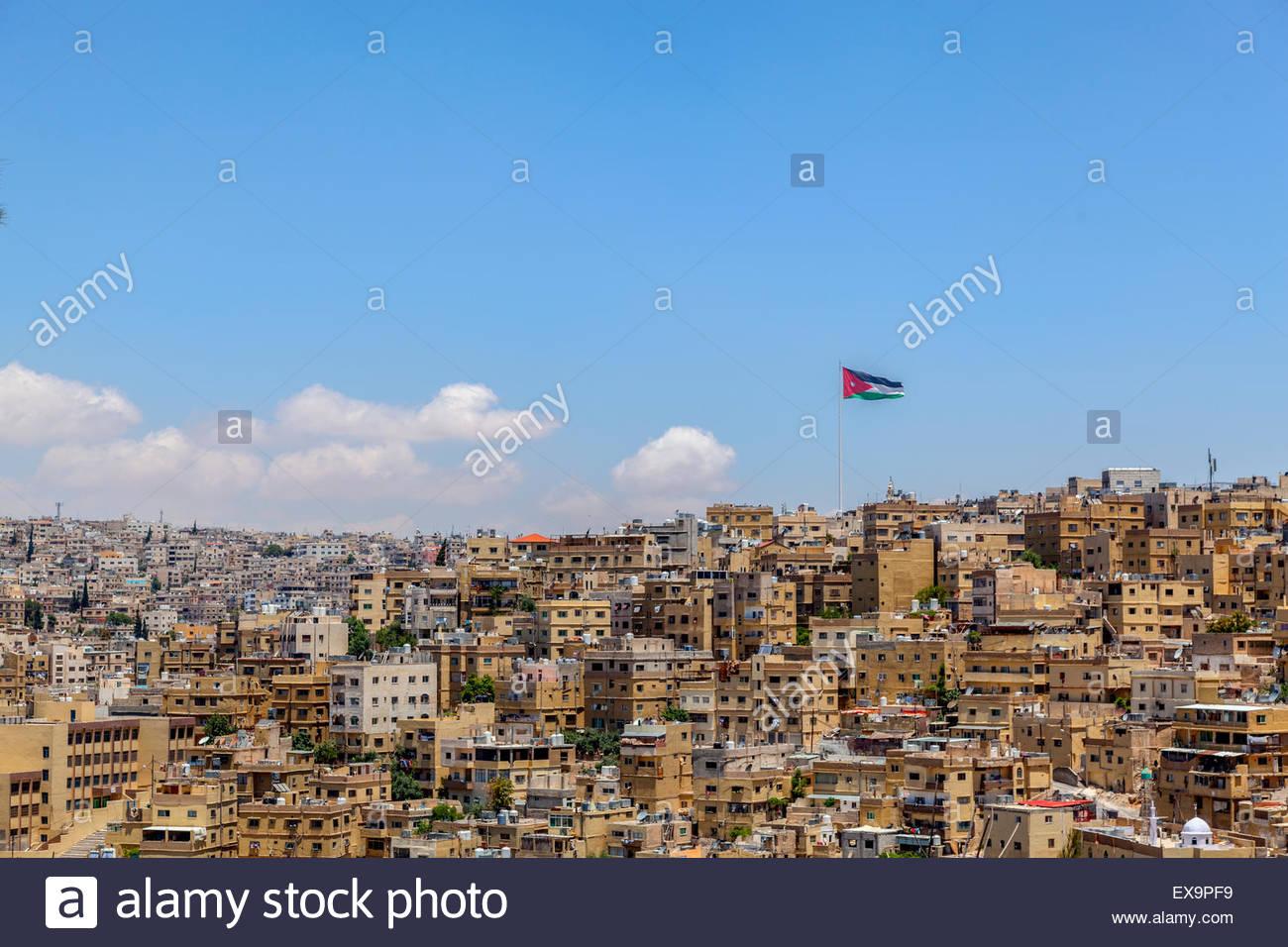 Vista cercana del paisaje urbano de la ciudad de Amman, Jordania. Los viejos edificios y Bandera de Jordania, bajo Imagen De Stock