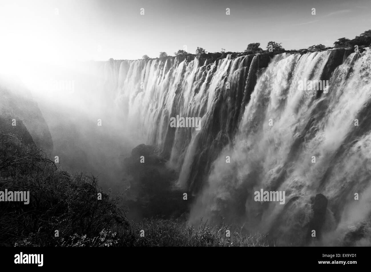 África, Zambia Mosi-Oa-Tunya National Park, puesta del sol oriental luces Cataratas de Victoria Falls Imagen De Stock