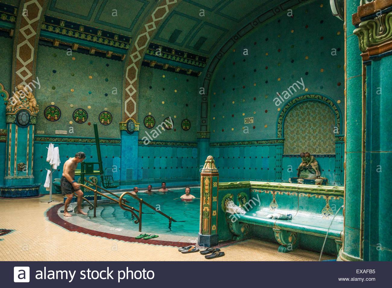 Los hombres empapar en las aguas minerales en el interior de baños termales Gellért (Gellert Furdo), Budapest, Imagen De Stock