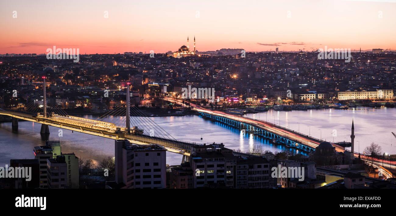 Vista sobre la ciudad de Estambul desde la torre Galata, Beyoglu de noche, Estambul, Turquía, Europa Imagen De Stock
