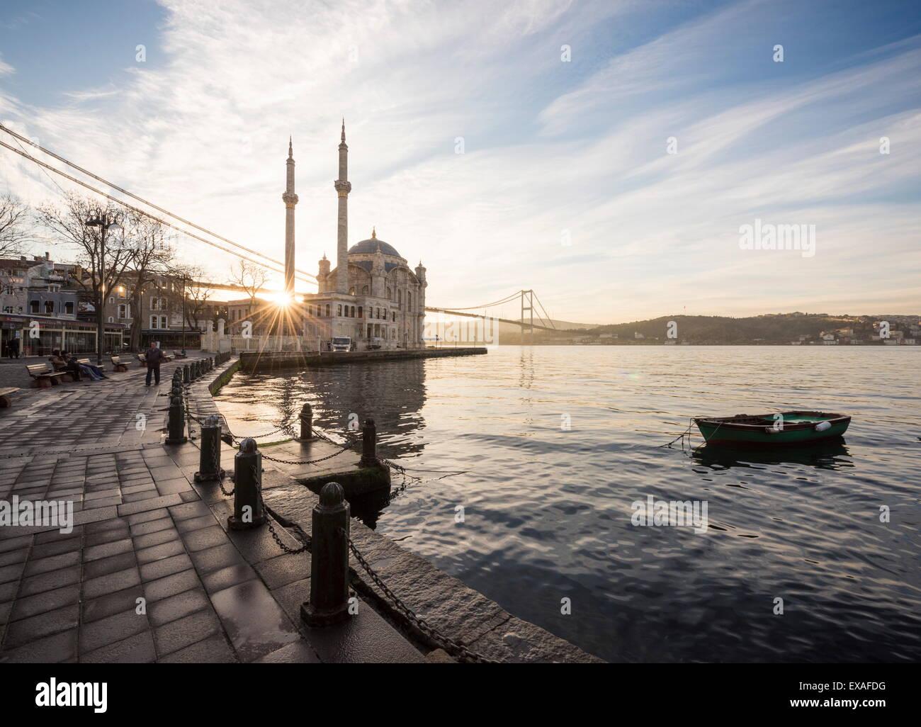 Exterior de la mezquita de Ortakoy y puente del Bósforo al amanecer, Ortakoy, Estambul, Turquía, Europa Imagen De Stock