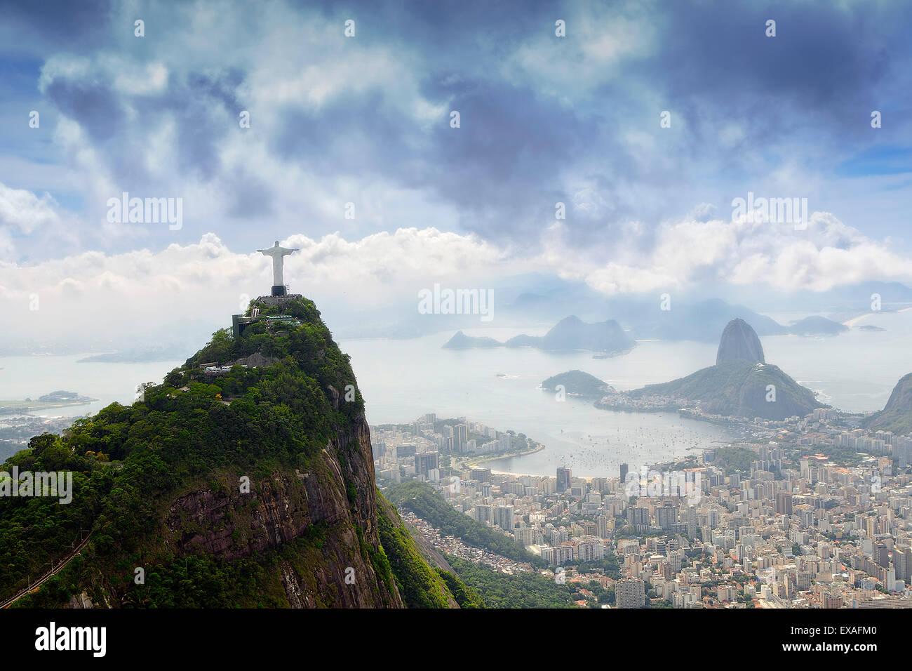 Río de Janeiro paisaje mostrando Corcovado, el Cristo y el Pan de Azúcar, la UNESCO Sitio, Río de Imagen De Stock