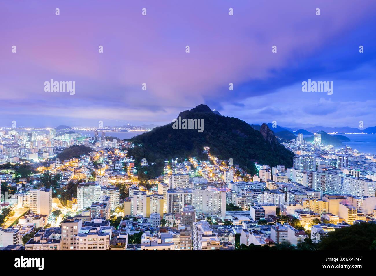 Crepúsculo, vista iluminada de Copacabana, el Morro de Sao Joao, Botafogo y la costa atlántica de Río Imagen De Stock