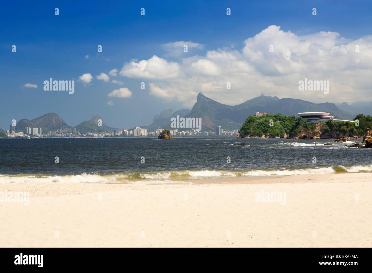 Playa de Icarai Niteroi con Oscar Niemeyer MAC en el primer plano y el paisaje del río detrás, Río Imagen De Stock