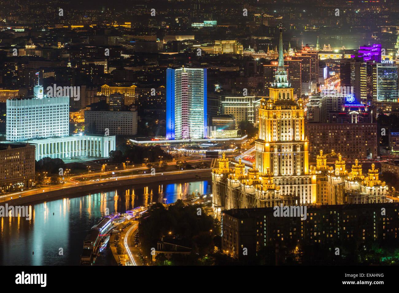 Vista elevada sobre el río Moskva embankment, Hotel de Ucrania y de la Casa Blanca rusa, Moscú, Rusia, Imagen De Stock