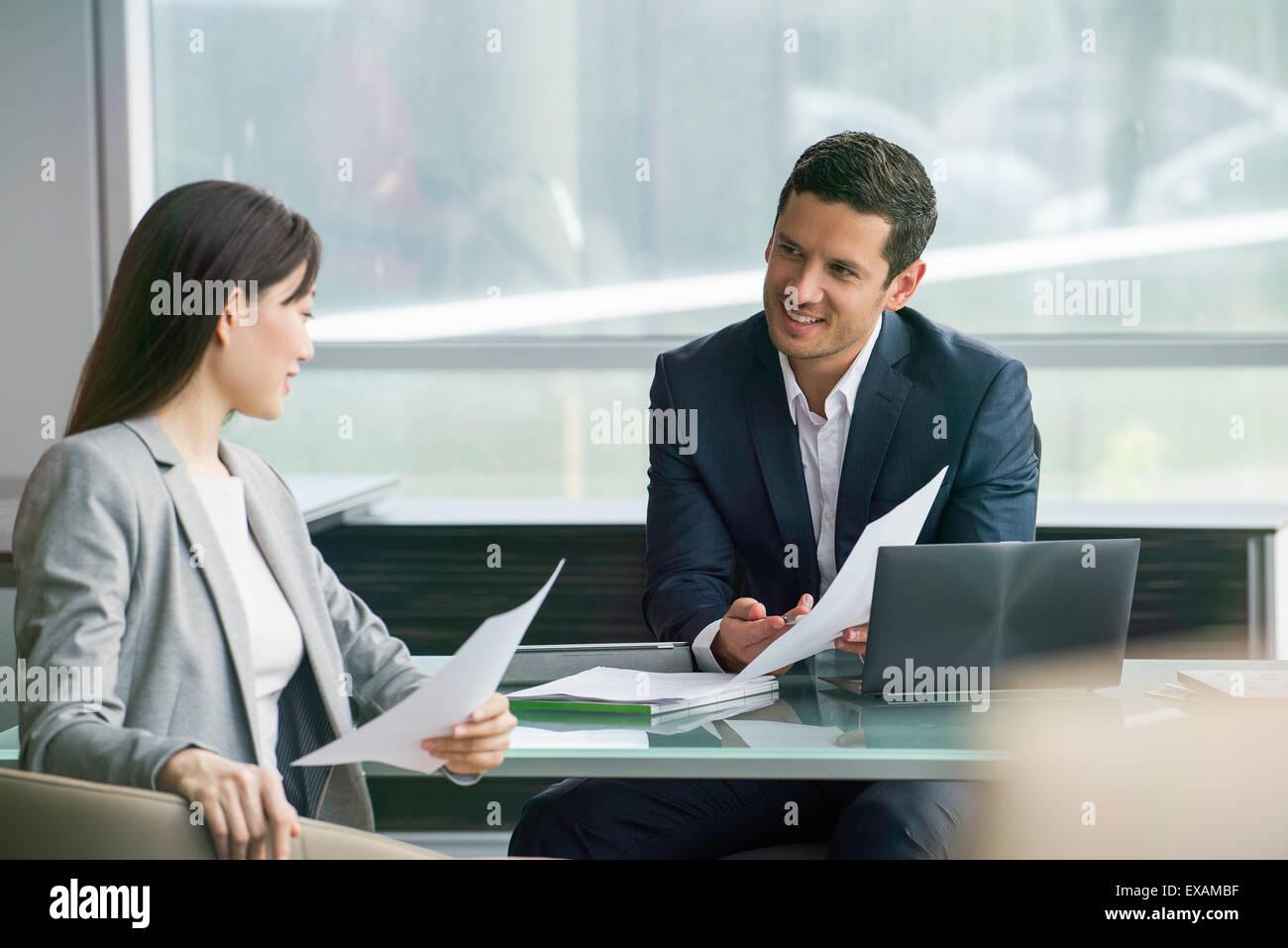 Asociados de negocios de examinar el documento Foto de stock