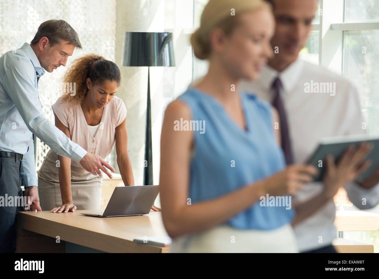 Los dispositivos inalámbricos que la colaboración en los negocios fácil Foto de stock