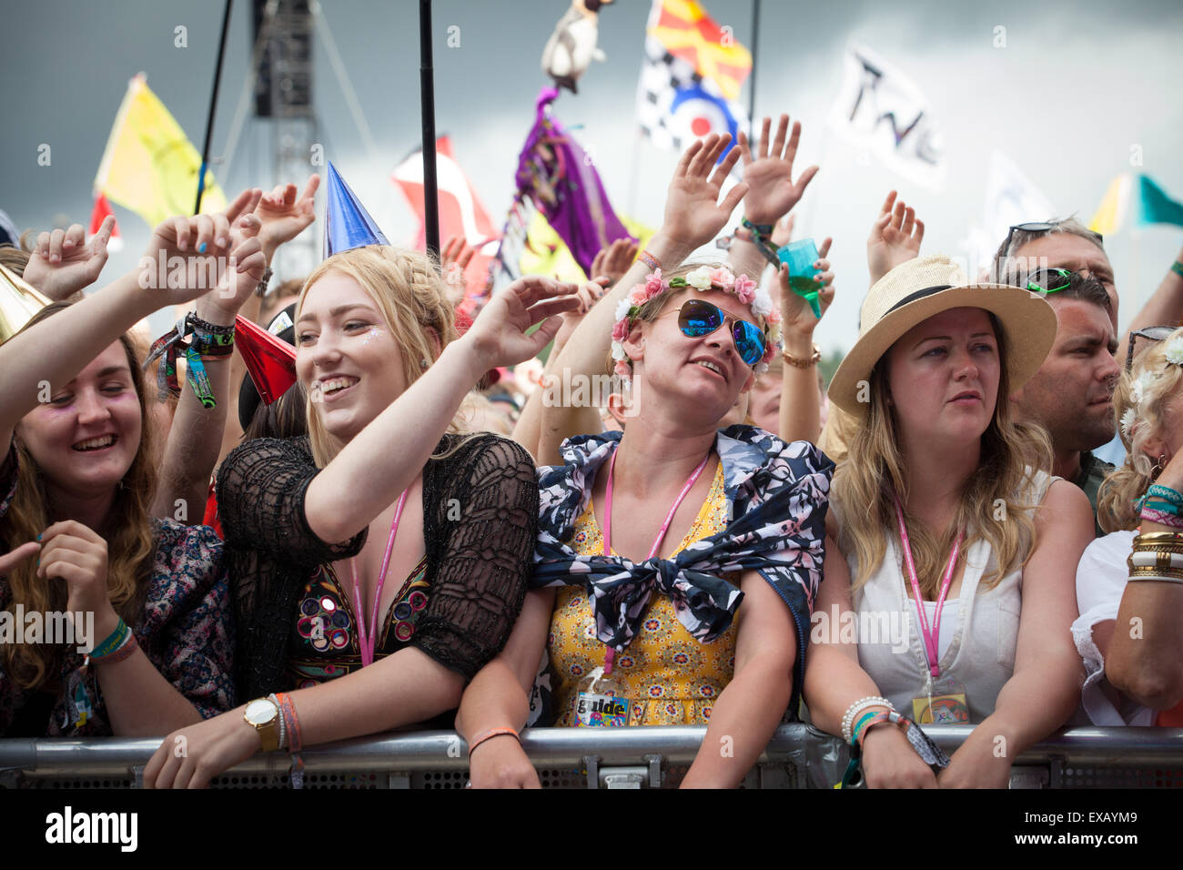 Multitud en el escenario de la pirámide, el Festival de Música de Glastonbury, Somerset UK 2015 Imagen De Stock