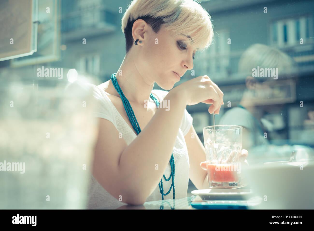 Hermosa joven rubia de cabello corto hipster mujer en la cafetería Imagen De Stock