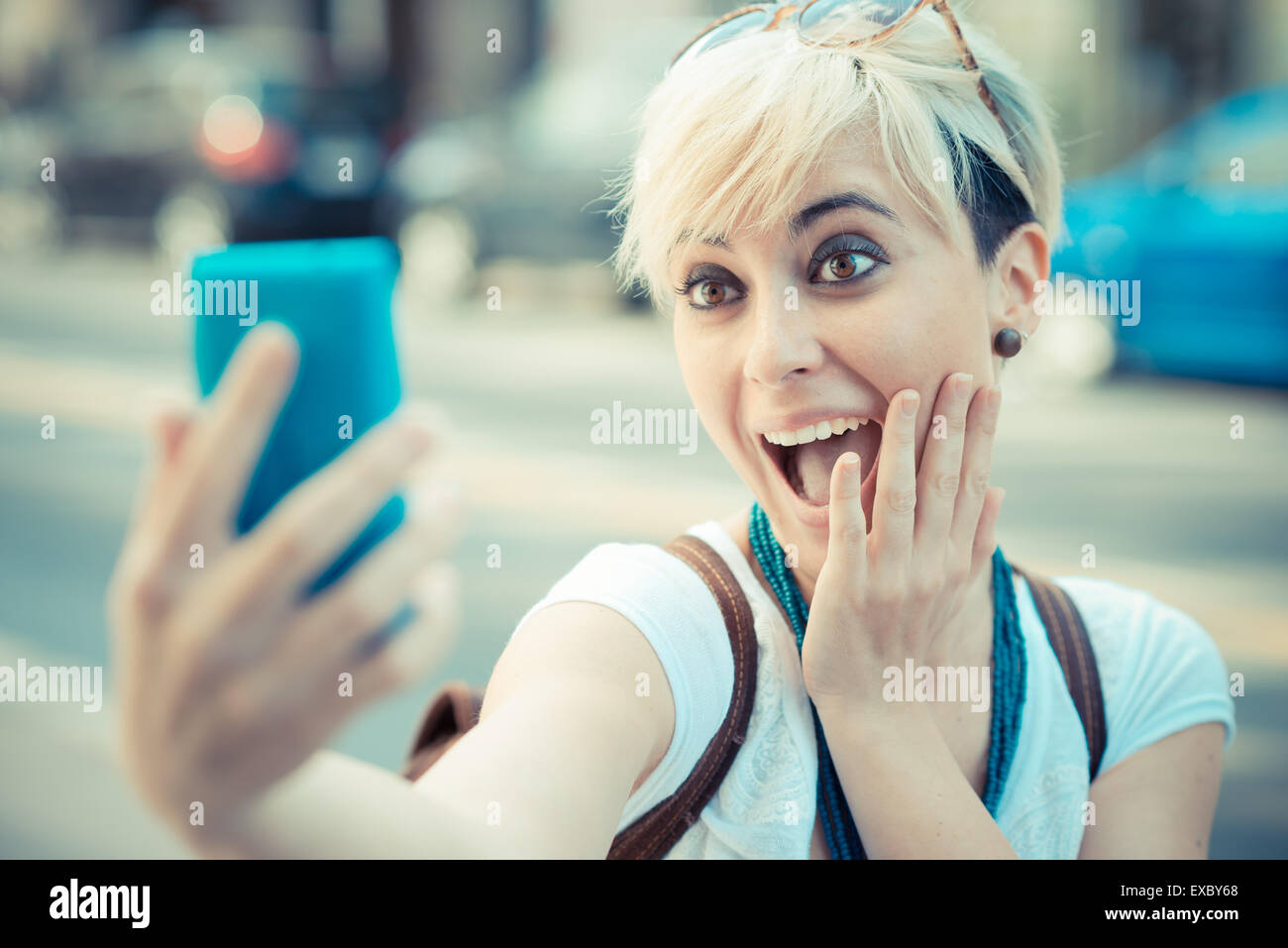 Hermosa joven rubia de cabello corto hipster mujer selfie en la ciudad Imagen De Stock